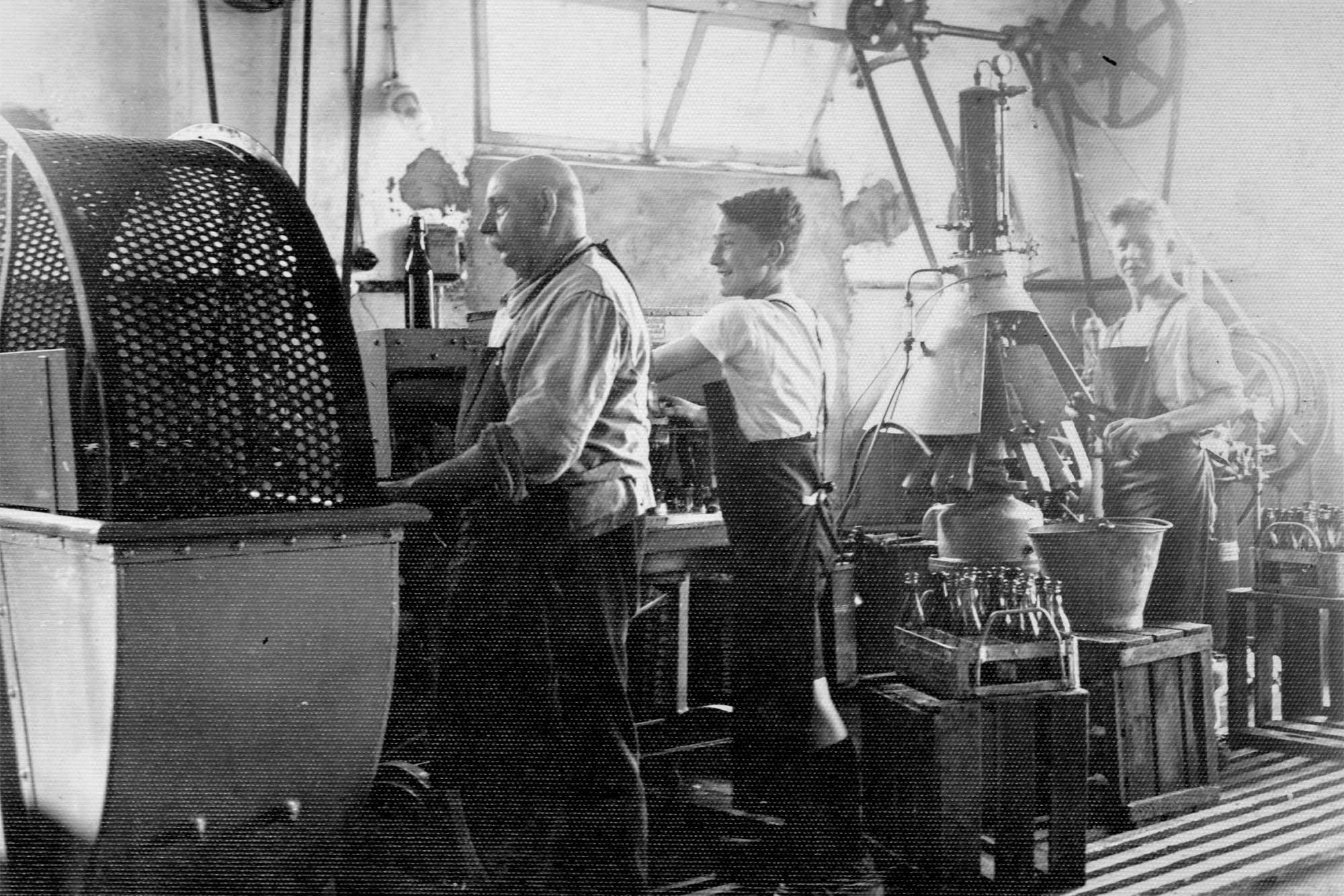 Fortschritt war gerne gesehen ... Eine der ersten Anlagen, mit deren Hilfe Getränke in Flaschen abgefüllt wurden, benutzte die Firma Spielmann schon im Jahr 1929.