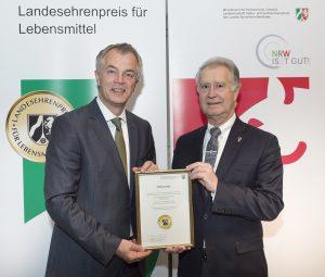 Am Montag übergab Landwirtschaftsminister Johannes Remmel (links) den Landesehrenpreis NRW. Alfons Bruglemans (rechts) nahm ihn für die Johann Spielmann GmbH entgegen. Foto: Giulio Coscia / MKULNV