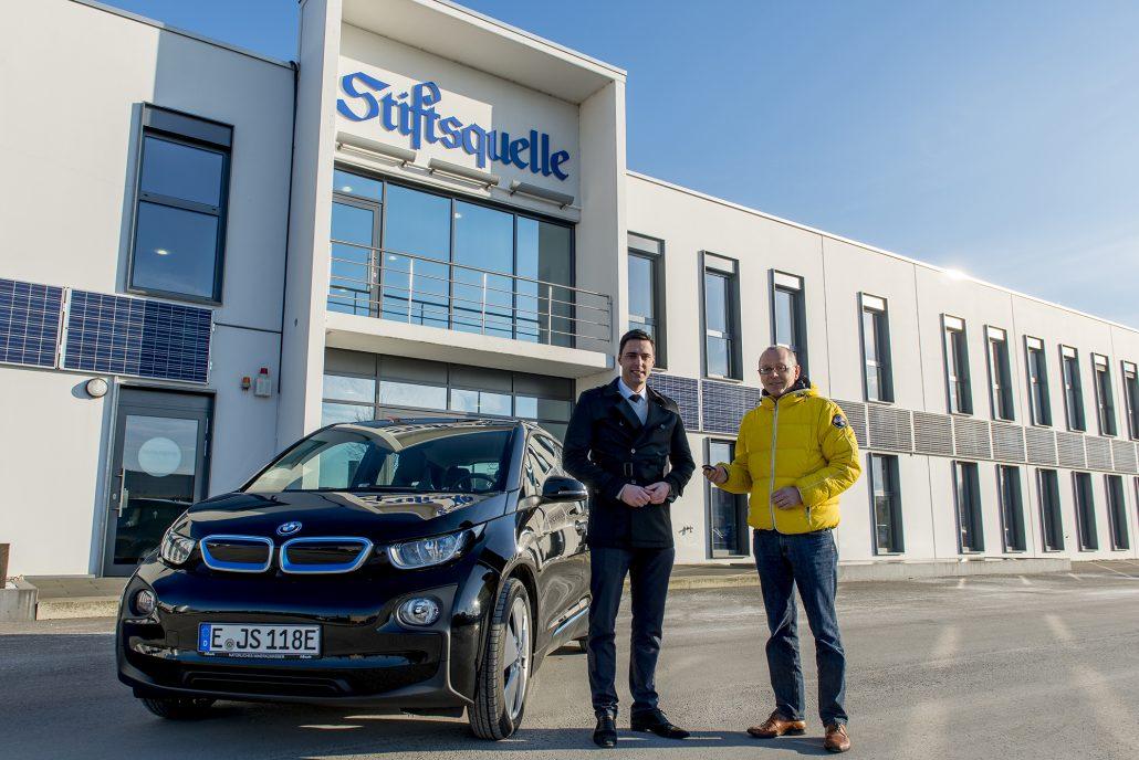 Am Montag den 9. Januar 2017 übergab der Inhaber und Geschäftsführer der Stiftsquelle Michael Brodmann das erste Elektro-Dienstfahrzeug an Verkaufsleiter Christian Hüneburg.