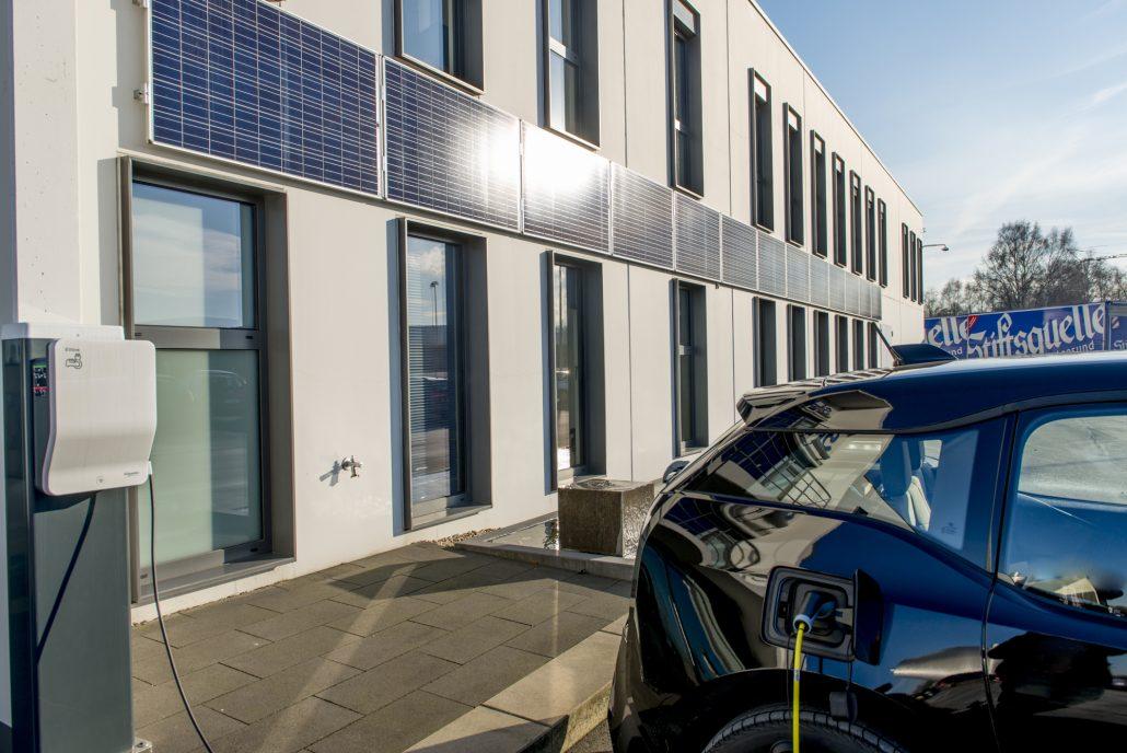 Die Ladestation und die Solar-Paneels, die für die Möglichkeit sorgen das Fahrzeug absolut CO²-neutral zu betreiben.