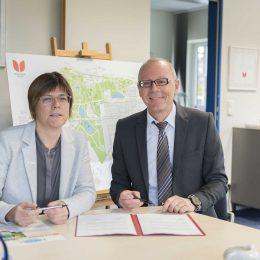 Simone Raskob, Umweldezernentin der Stadt Essen, und Michael Brodmann, Geschäftsführer der Stiftsquelle unterzeichnen den Vertrag.