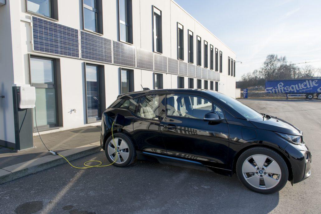Der BMW I3 an seiner Ladestation vor dem Verwaltungsgebäude der Stiftsquelle.